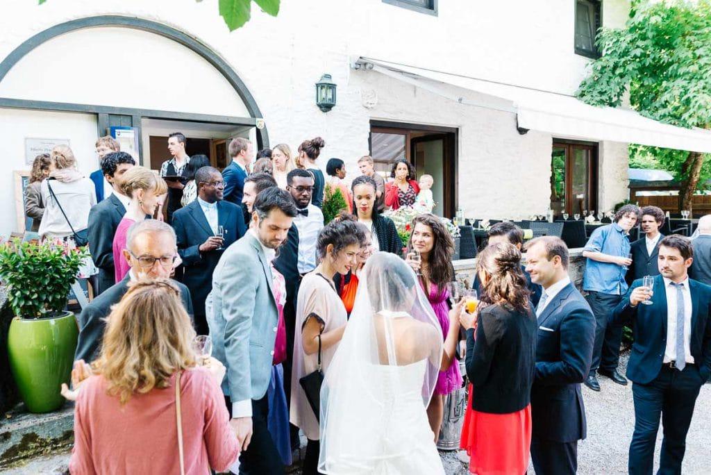 Hochzeitsgäste vor der Mestrenger Mühle.