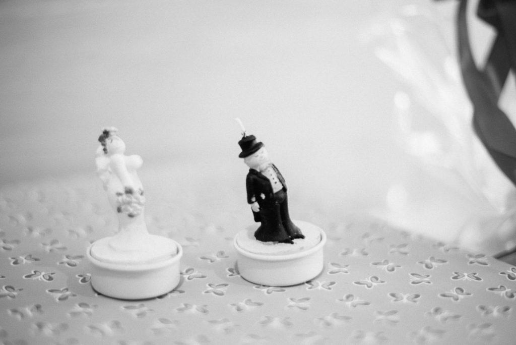 Detailaufnahmen von Hochzeitsfiguren.
