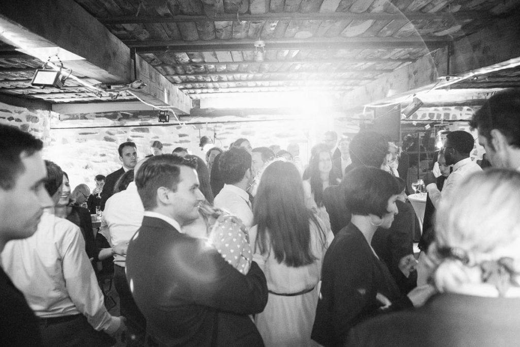 Die Hochzeitsgäste tanzen.