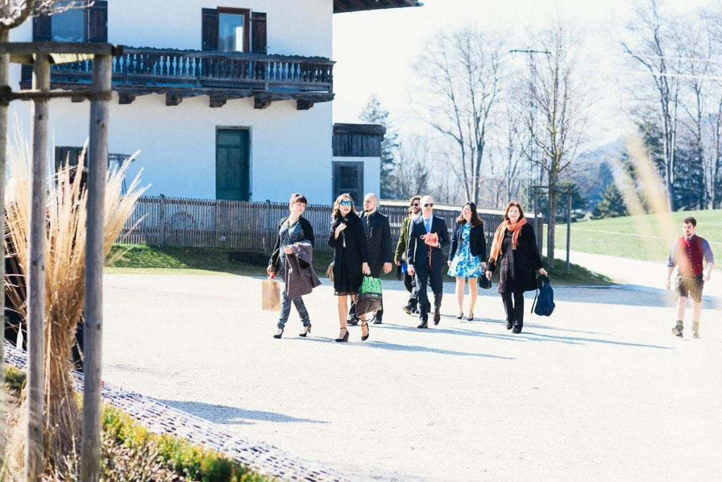 Die Hochzeitsgesellschaft trifft am Moarhof ein.