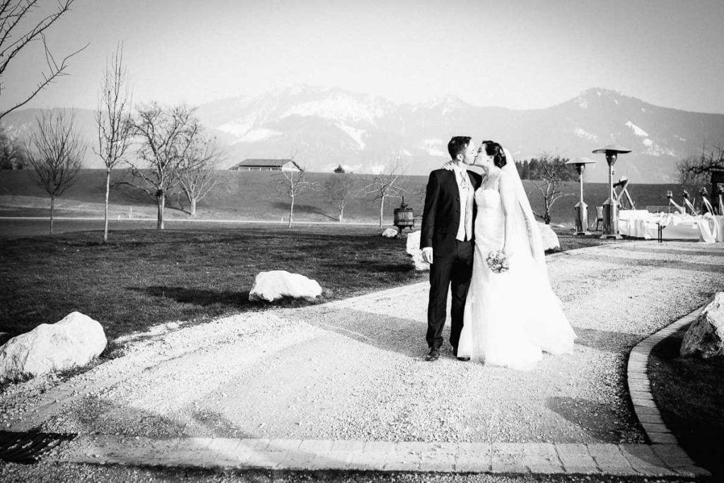 Das Brautpaar vor den Alpen.