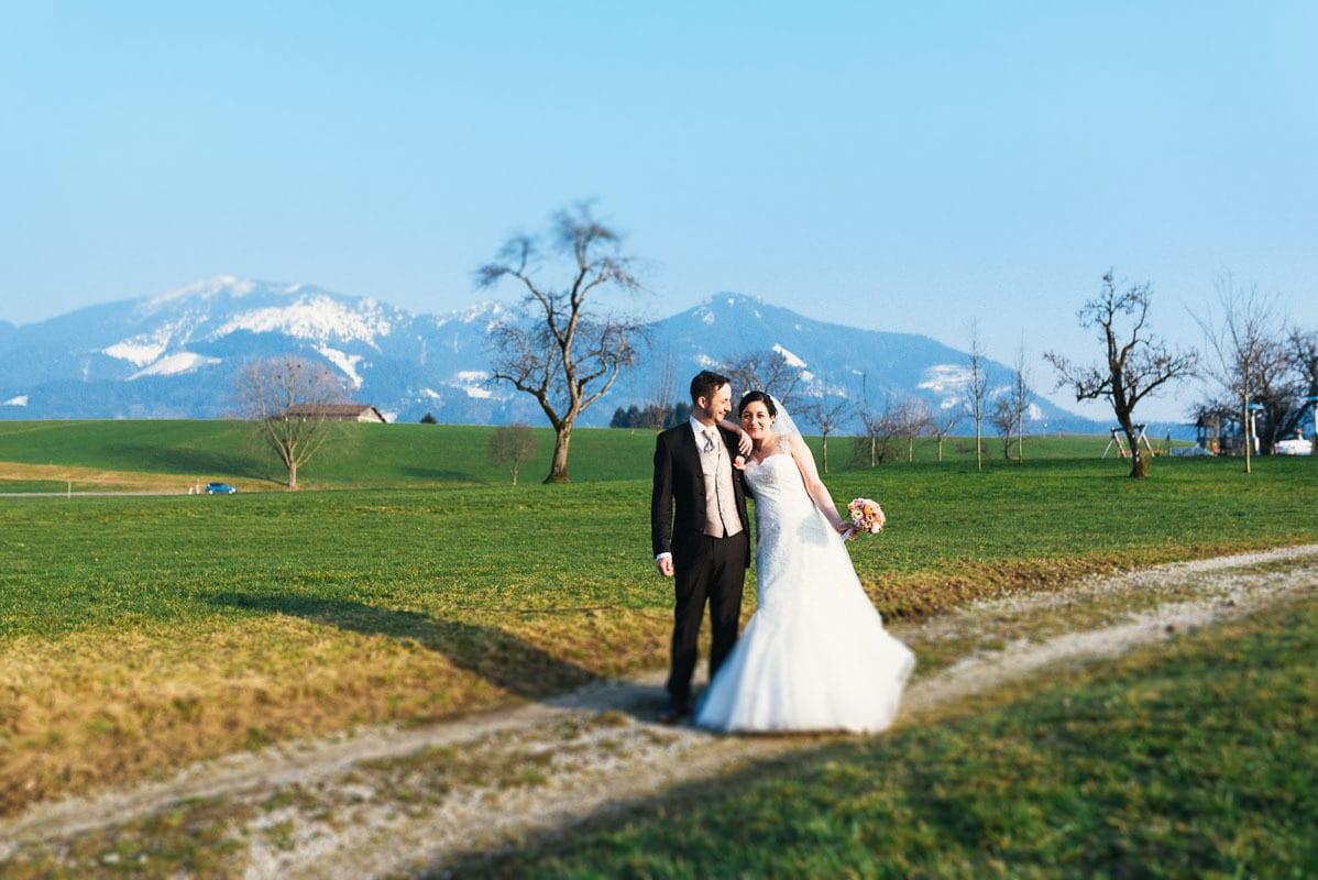 Portrait des Brautpaars vor den Alpen.