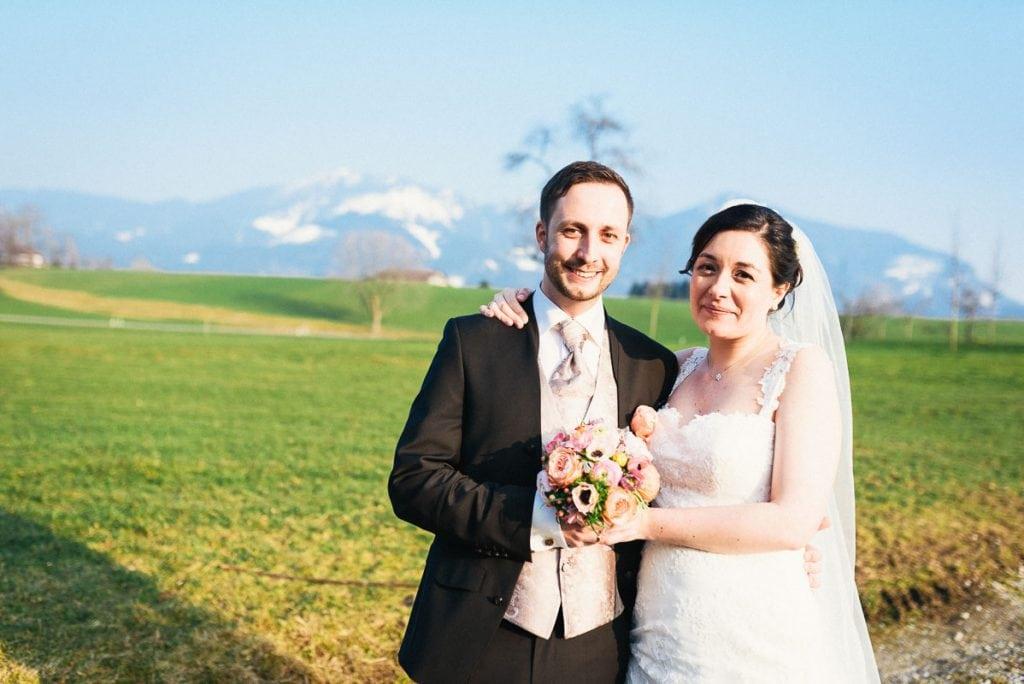Das Brautpaar schaut in die Kamera.
