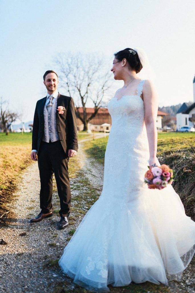 Das Brautpaar schaut sich gegenseitig an.