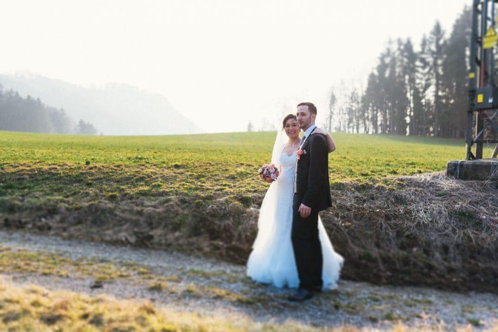 Das Brautpaar spaziert am Moarhof in Samerberg.