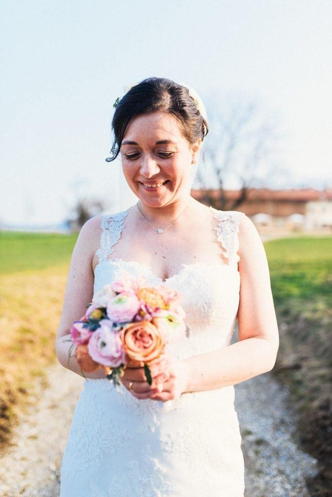 Die Braut schaut sich ihren Strauß an.