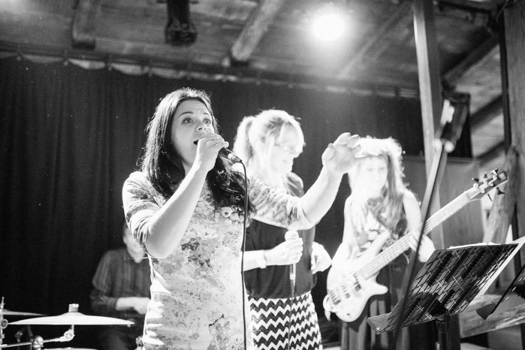 Sängerin der Hochzeitsband.