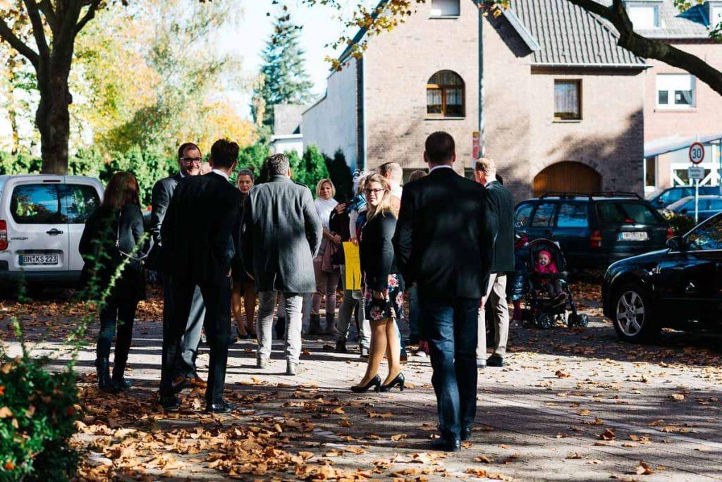 Die Hochzeitsgesellschaft trifft sich in Rheinbach.