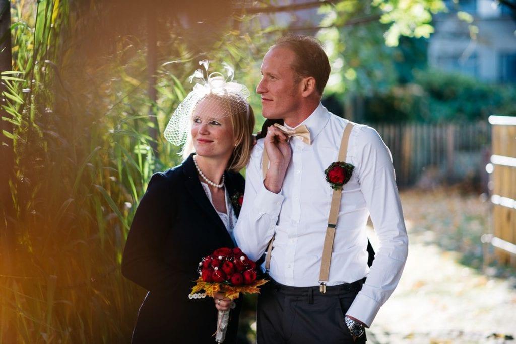 Das Brautpaar spaziert an der Remise.