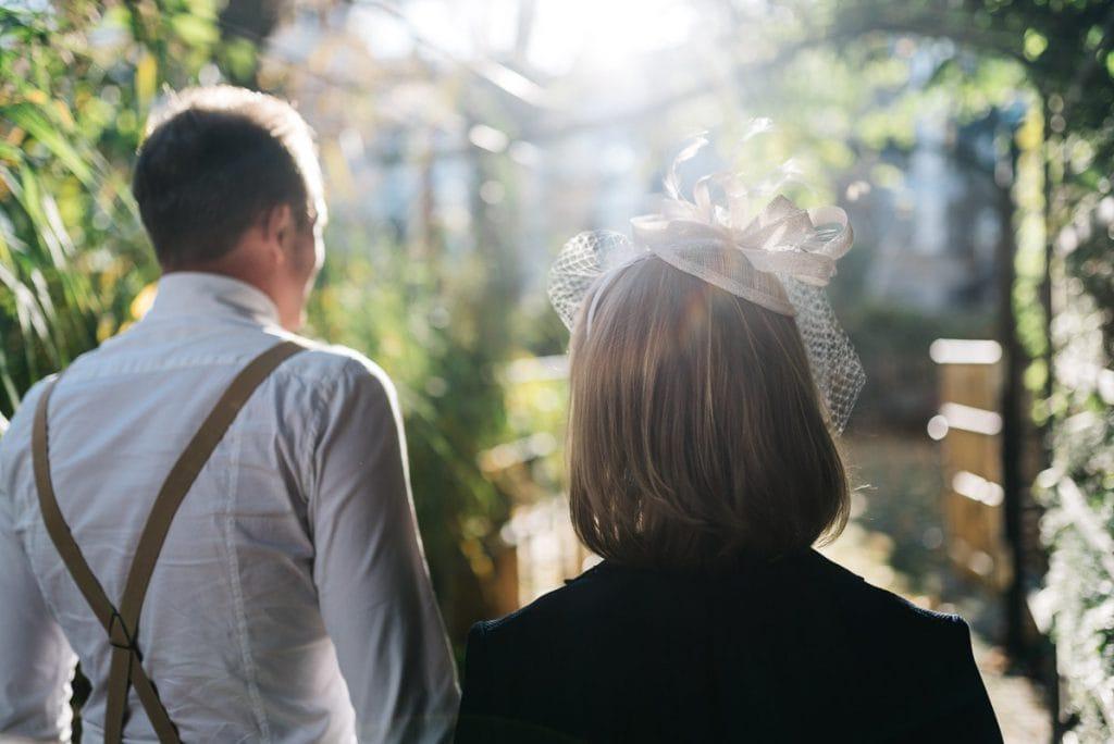 Blick über die Schulter des Brautpaars in die Sonne.