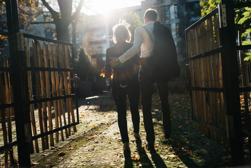 Das Brautpaar läuft in die Sonne.