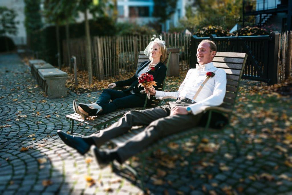 Das Brautpaar sitzt auf Liegestühlen.