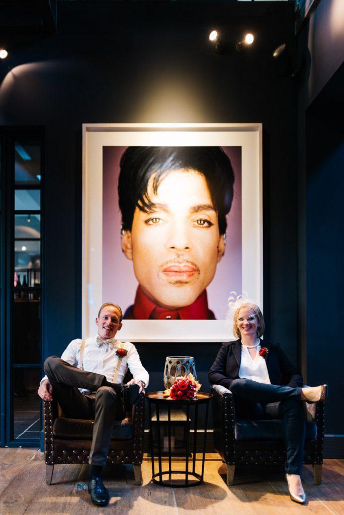 Portrait des Brautpaars vor einem Prince Portrait.