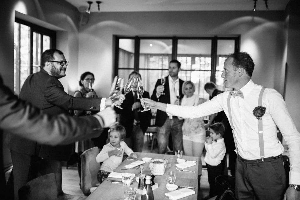 Die Gäste stoßen gemeinsam an.