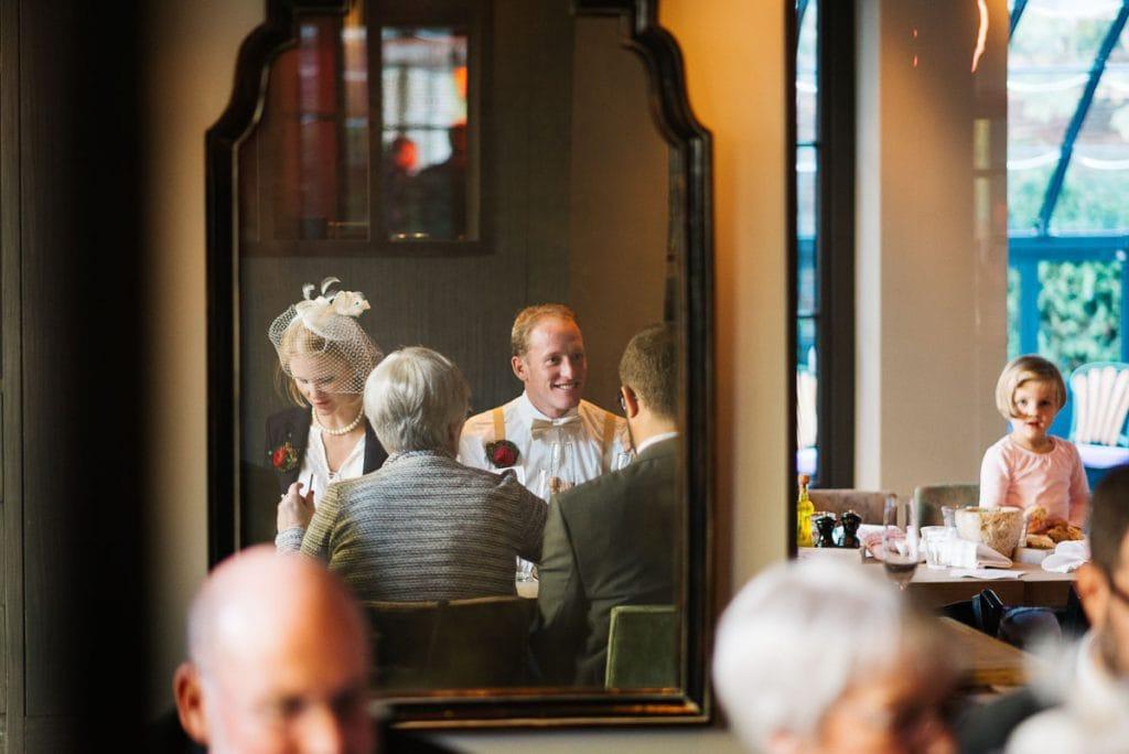 Das Brautpaar ist im Spiegel zu sehen.