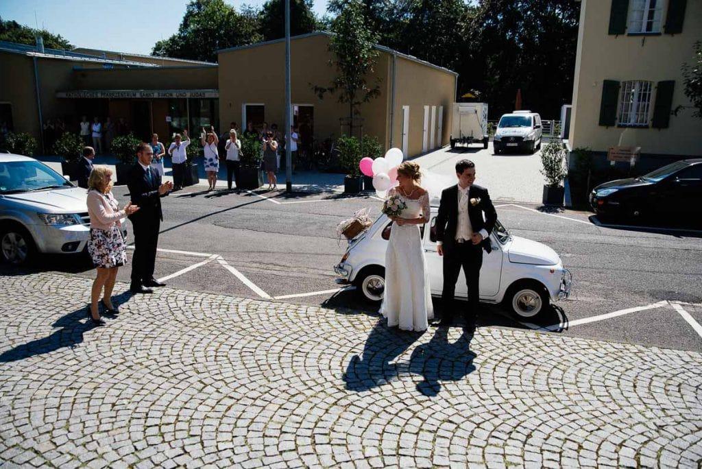 Die Gäste empfangen das Brautpaar.