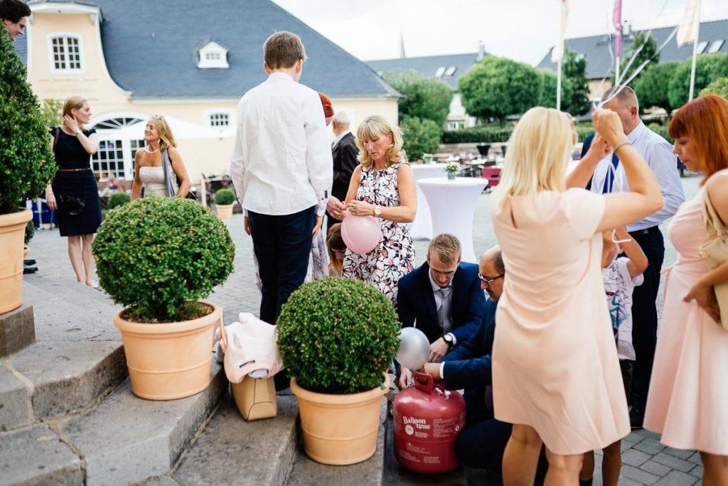 Hochzeitsgäste bereiten den Empfang vor.