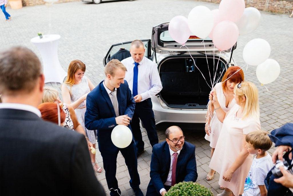 Gäste blasen Luftballons auf.