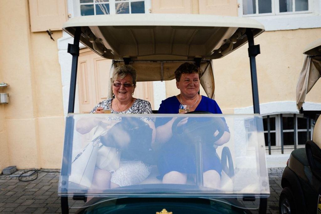 Zwei Gäste in einem Golfcaddie