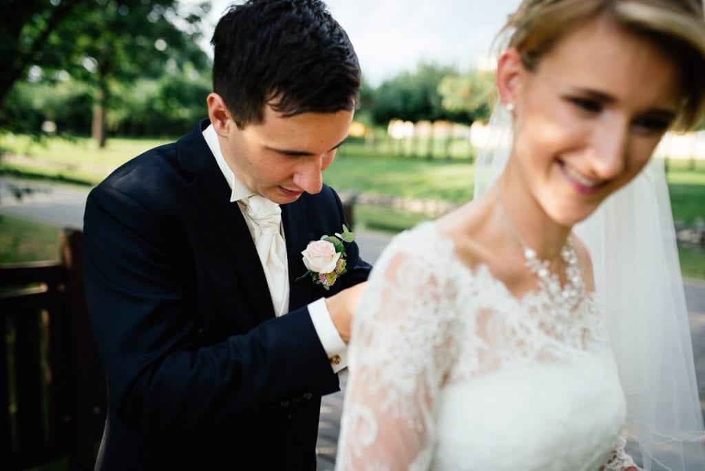 Dei Braut freut sich über den Bräutigam.