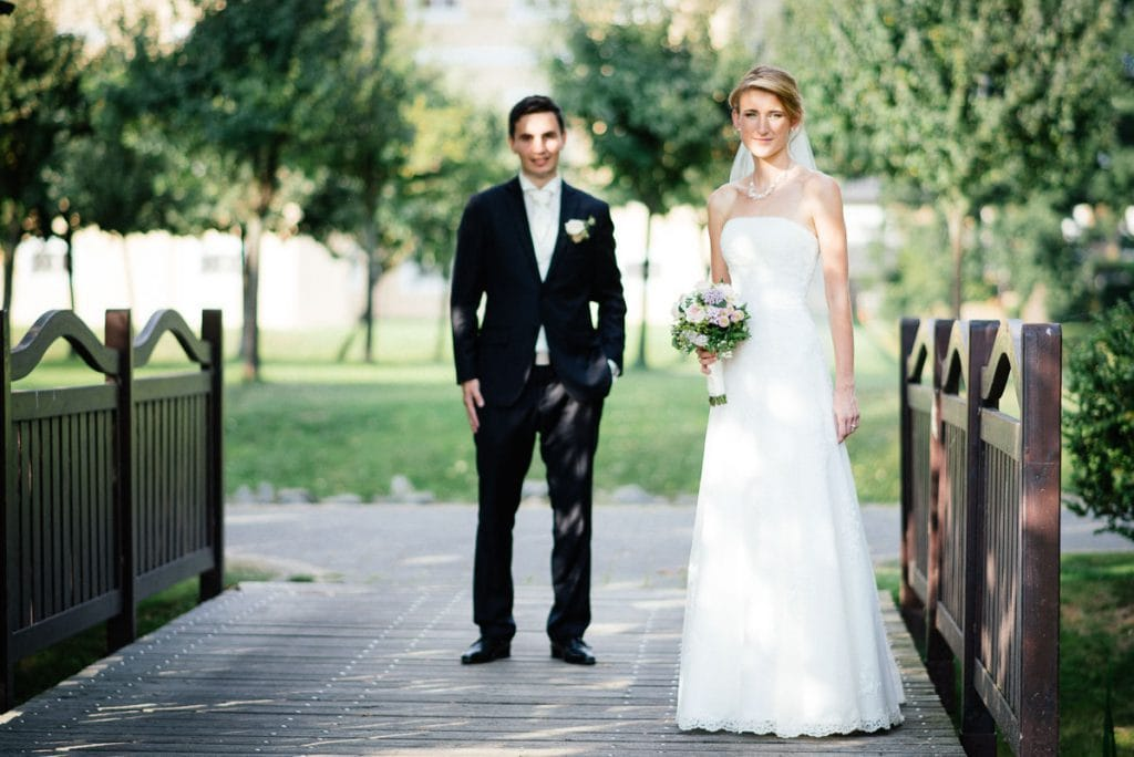 Das Brautpaar auf einer Brücke.