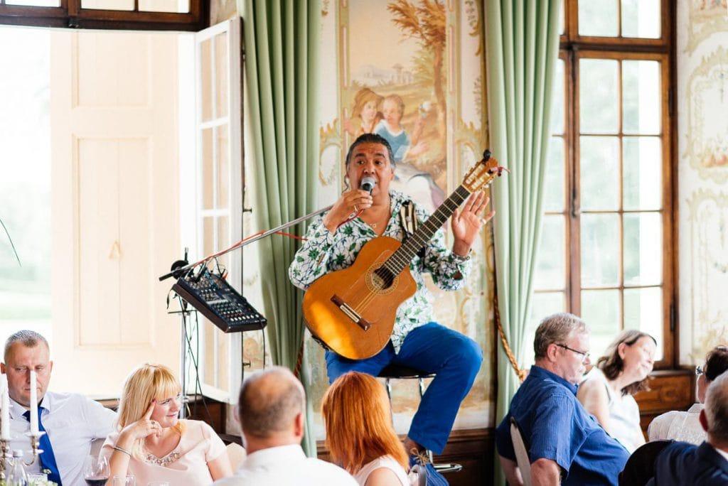 Der Hochzeitsmusiker singt.