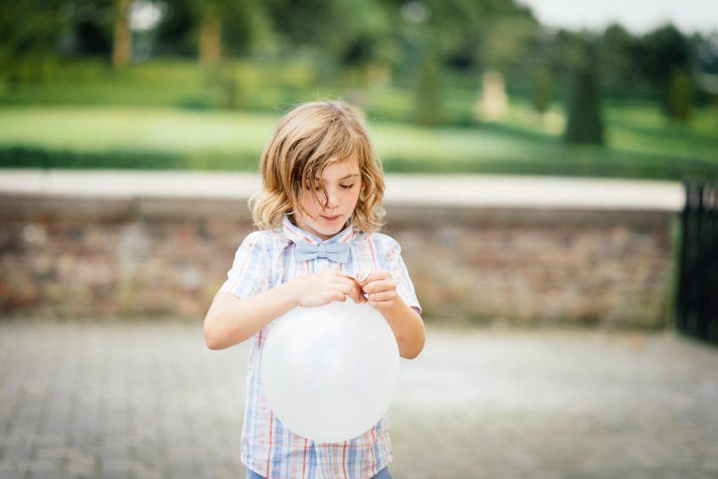 Ein Kind schließt einen Ballon.