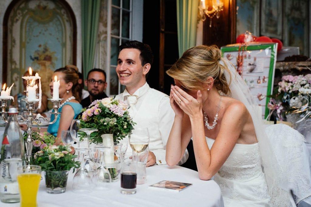 Das Brautpaar lacht.