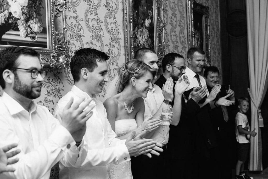 Die Hochzeitsgesellschaft tanzt.